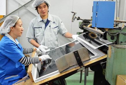 特注ラミネート機を使用、他社では対応困難な両面PP加工も対応